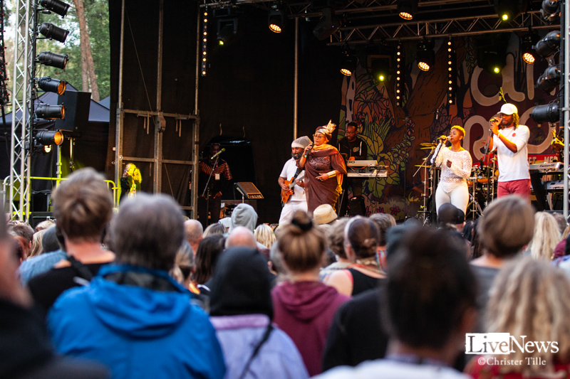 Ikaya_Marcia_Griffiths__and_Roots_Harmonics_band_Oland_roots_2019_11
